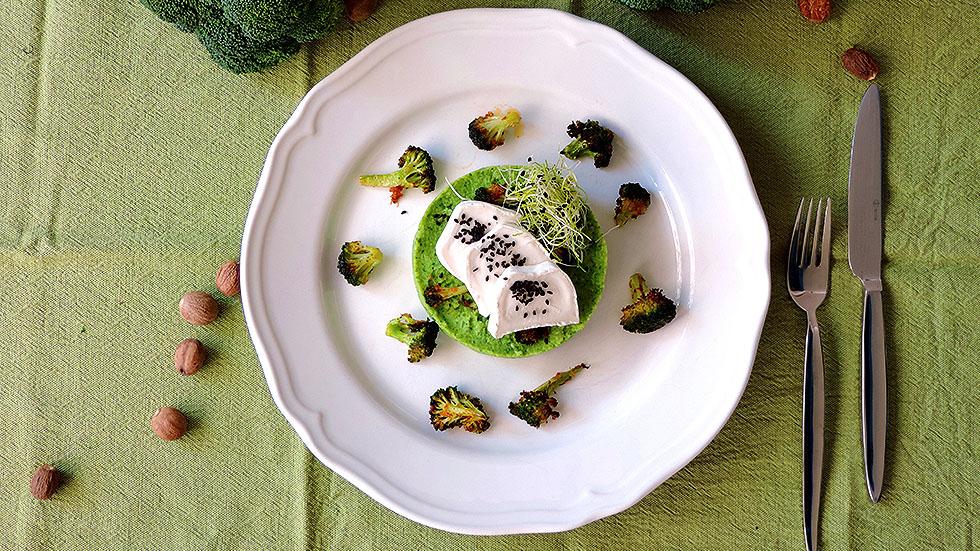 Brokkoli-Püree mit Chèvre und gerösteten Brokkoli-Blumen