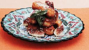 Panierter Feta im Sesam mit Honig und Feigen