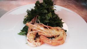 Kräutersalat mit Riesen-Crevetten und Ouzo-Dressing