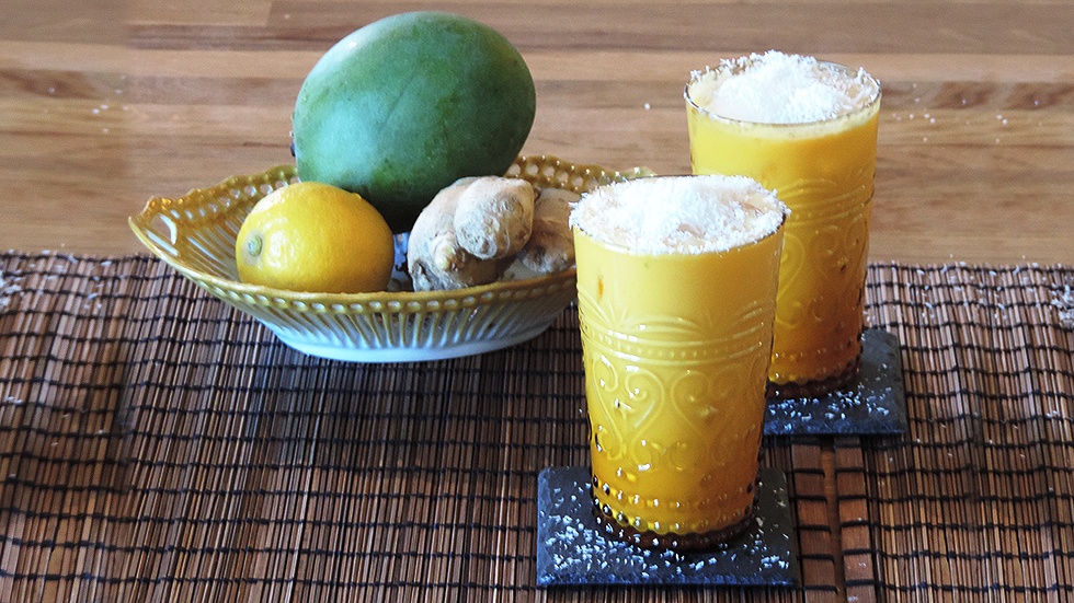 Mango-Lassi mit Kokosraspeln