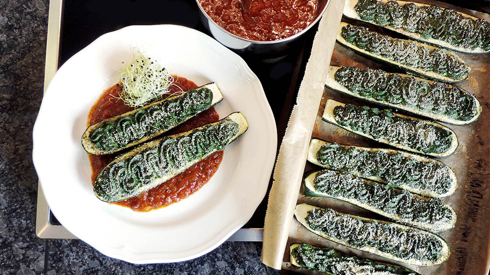 Zucchini-Schiffchen mit Ricotta und Spinat an Tomatensauce