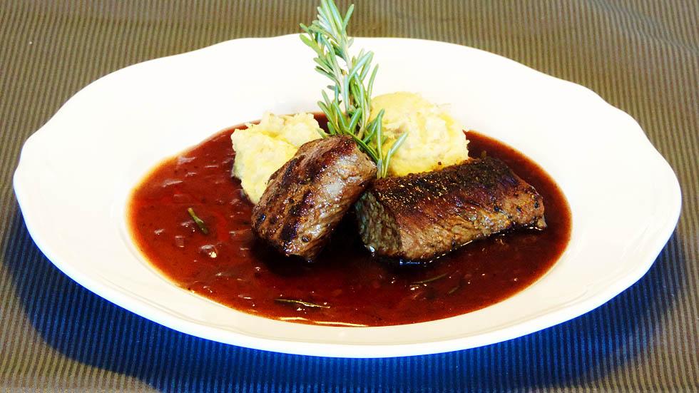 Lammfilet an Portwein-Sauce mit Datteln-Polenta