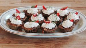 Salzige Zucchetti-Cupcakes mit Frischkäse-Dill-Topping