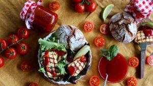 Tomaten-Marmelade mit Halloumi