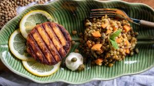 Lachs-Burger mit Linsensalat