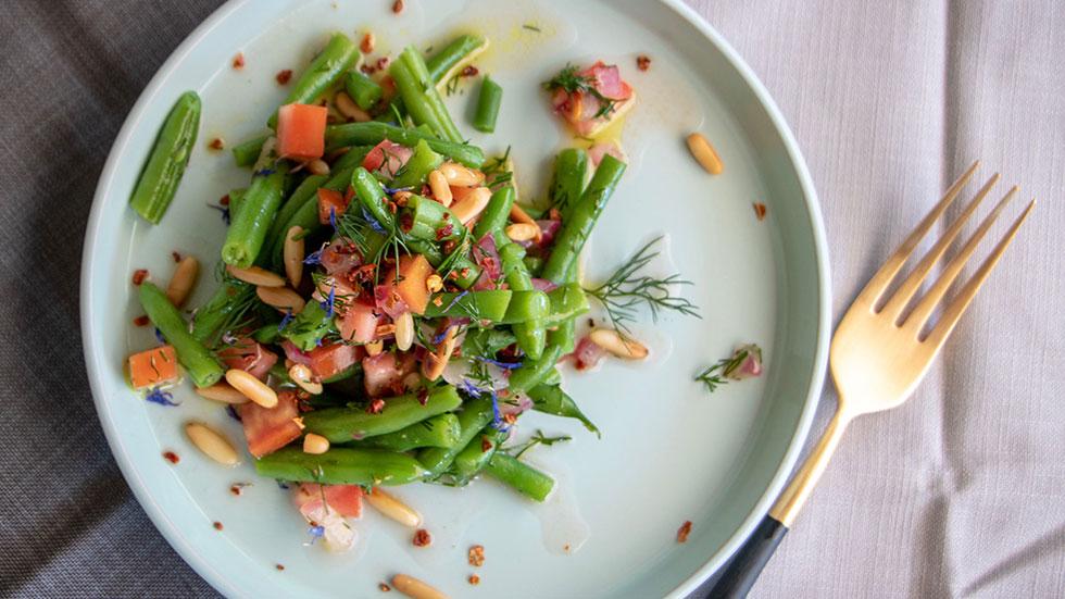 Grüne Bohnen mit Tomaten und Pinienkernen