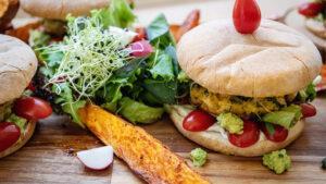 Himmlische Poulet-Burger mit Süsskartoffeln und Avocado
