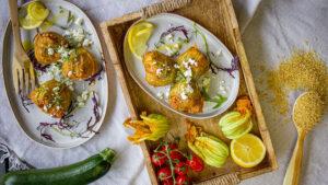 Zucchiniblüten gefüllt mit Tomatenbulgur