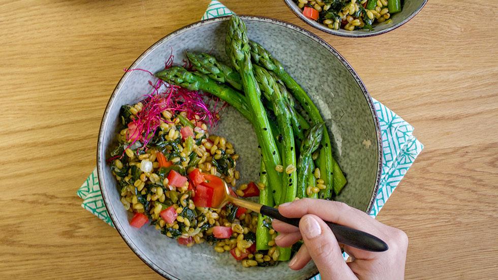 Hartweizen-Bärlauch-Salat mit glacierten Spargeln