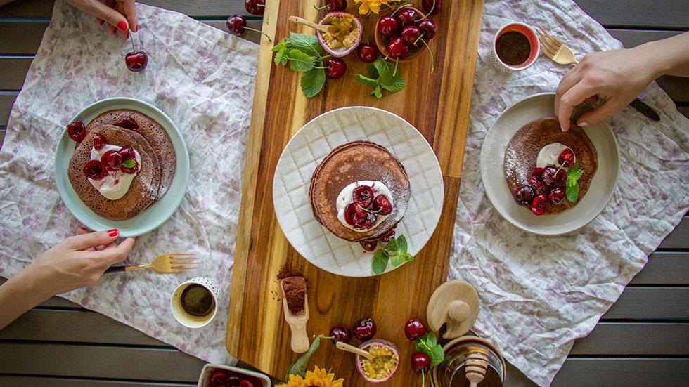 Schoko-Pancakes mit Kirschen und Vanille-Labneh