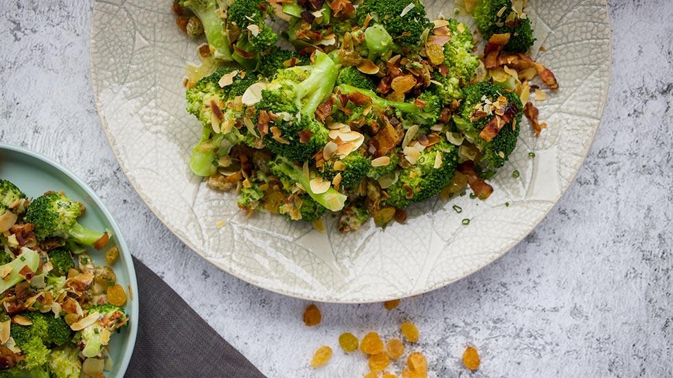 Brokkoli-Salat mit Speck und Rosinen