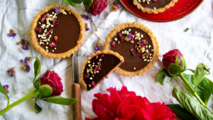 Vegane No-Bake Schokoladen-Tarteletten
