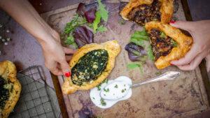 Mediterrane Pide mit Spinat oder Champignons