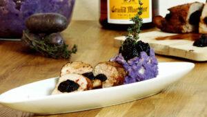 Schweinsfilet mit Pflaumen und blauem Kartoffelpüree