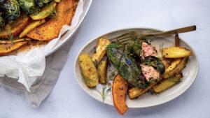 Mangold-Rouladen mit Lachs, Kürbis und Bratkartoffeln