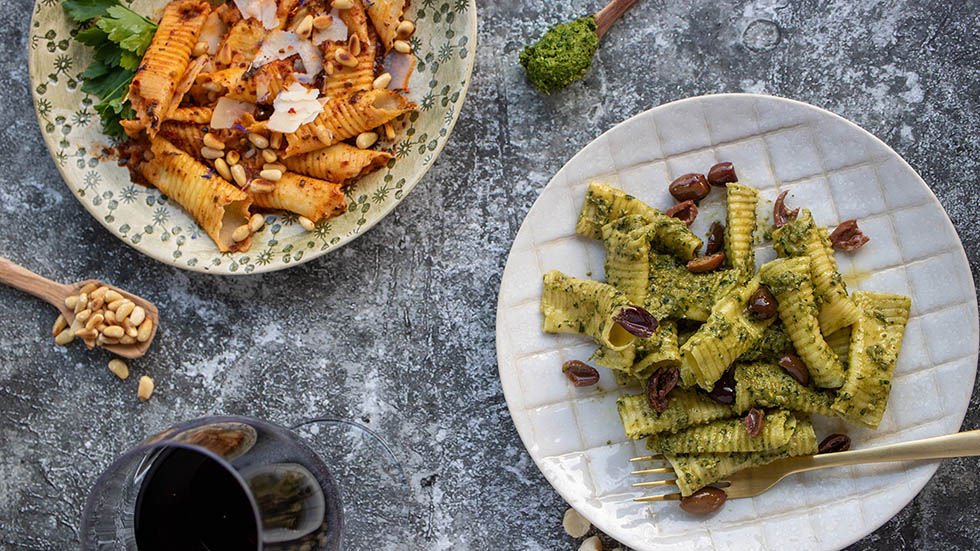 Garganelli Zweierlei: Macademia-Pesto und Tomaten-Basilikum
