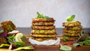 Mediterrane Zucchini Fritters mit Tsatsiki